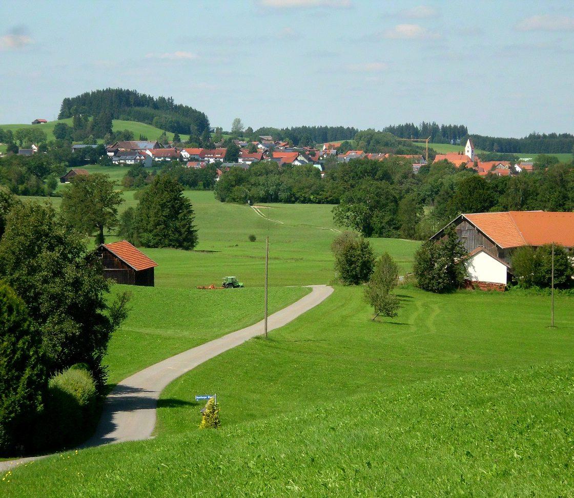 Herlazhofen inmitten von Wiesen